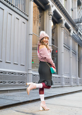 Cómo combinar: bolso bandolera de cuero en verde menta, botines de terciopelo rosados, falda lápiz con volante negra, jersey corto de punto rosado