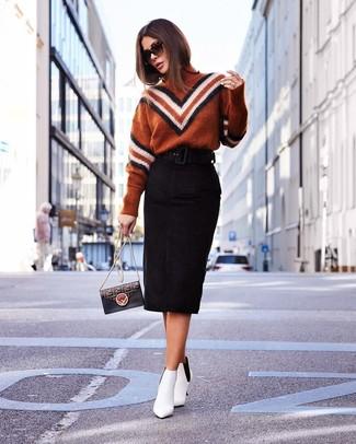 Cómo combinar: bolso bandolera de cuero estampado negro, botines de cuero blancos, falda lápiz de ante negra, jersey de cuello alto en zig zag en tabaco