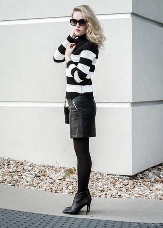 Cómo combinar: bolso bandolera de cuero acolchado negro, botines de cuero negros, falda lápiz de cuero negra, jersey de cuello alto de rayas horizontales en negro y blanco