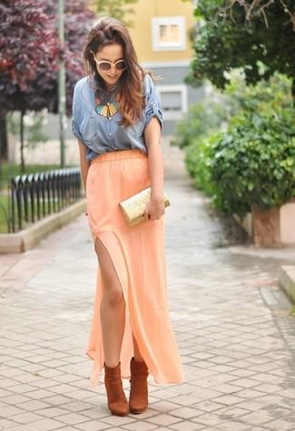 Cómo combinar: cartera sobre de lentejuelas dorada, botines de ante naranjas, falda larga naranja, camisa de manga corta vaquera azul