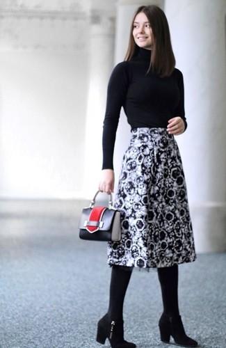 Cómo combinar: cartera de cuero negra, botines de ante negros, falda midi estampada en negro y blanco, jersey de cuello alto negro