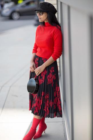 Cómo combinar: cartera sobre de cuero negra, botines de elástico rojos, falda midi con print de flores en rojo y negro, jersey de cuello alto rojo
