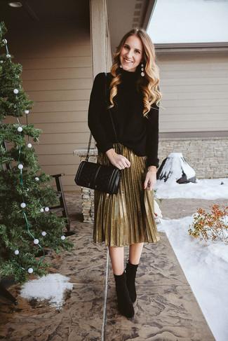 Cómo combinar: bolso bandolera de cuero acolchado negro, botines de ante negros, falda midi plisada dorada, jersey de cuello alto de punto negro