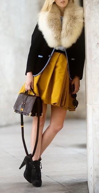 Combinar una chaqueta motera negra: Elige una chaqueta motera negra y una falda skater mostaza para un look agradable de fin de semana. Botines de ante en marrón oscuro son una opción muy buena para complementar tu atuendo.