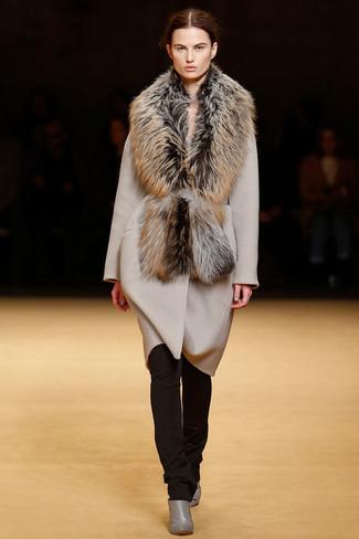 Cómo combinar: bufanda de pelo marrón, botines de cuero grises, pantalones pitillo en marrón oscuro, abrigo en beige