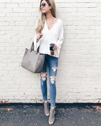 Cómo combinar: bolsa tote de cuero gris, botines de cuero con recorte grises, vaqueros pitillo desgastados azules, jersey de pico blanco