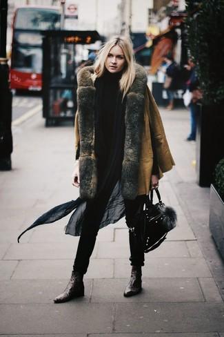 Cómo combinar: bolso de hombre de ante negro, botines de cuero en marrón oscuro, jersey de cuello alto negro, abrigo de piel de oveja marrón claro