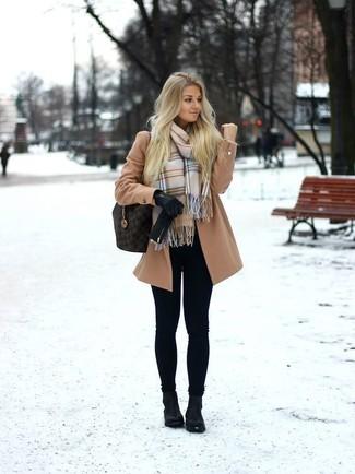 Cómo combinar: bolsa tote de cuero en marrón oscuro, botines de cuero negros, leggings negros, abrigo marrón claro