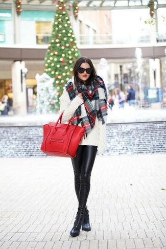 Combinar una bolsa tote de cuero roja: Haz de un jersey oversized de punto blanco y una bolsa tote de cuero roja tu atuendo transmitirán una vibra libre y relajada. Este atuendo se complementa perfectamente con botines de cuero negros.