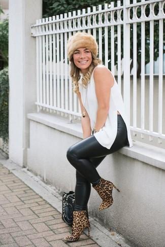 Cómo combinar: bolsa tote de cuero acolchada negra, botines de ante de leopardo marrón claro, leggings de cuero negros, túnica blanca