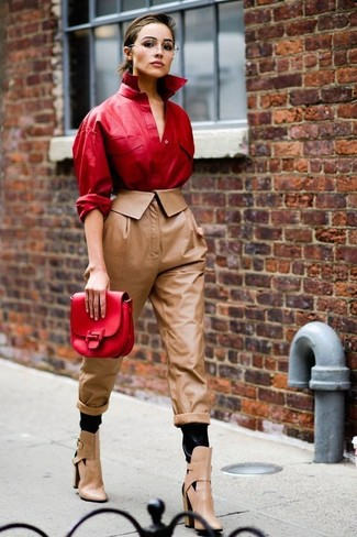 Cómo combinar: cartera sobre de cuero roja, botines de cuero con recorte marrón claro, pantalón de pinzas de cuero marrón, camisa de vestir de cuero roja