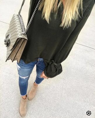 Cómo combinar: bolso de hombre de lona estampado en beige, botines de ante marrón claro, vaqueros pitillo desgastados azules, jersey oversized verde oscuro