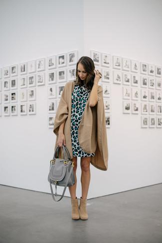Cómo combinar: bolsa tote de cuero gris, botines de ante marrón claro, vestido recto de leopardo gris, capa marrón claro