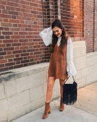 Combinar una blusa de manga larga de gasa blanca: Ponte una blusa de manga larga de gasa blanca y un vestido de tirantes de ante marrón y te verás como todo un bombón. Botines de ante marrónes son una opción excelente para complementar tu atuendo.