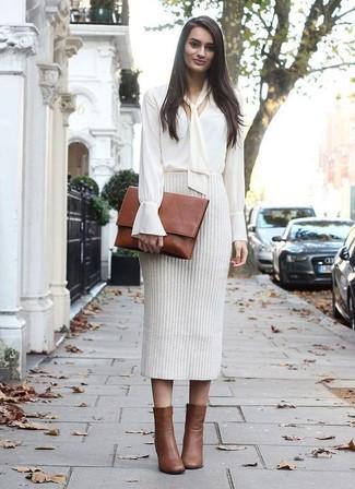 Cómo combinar: cartera sobre de cuero marrón, botines de cuero marrónes, falda lápiz de punto en beige, blusa de manga larga blanca