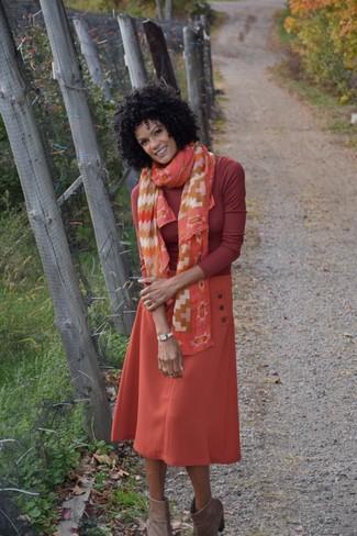 Cómo combinar: bufanda de seda estampada naranja, botines de ante marrónes, falda midi naranja, jersey de cuello alto rojo