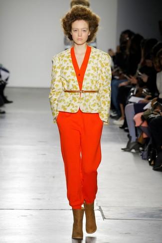 Cómo combinar: cinturón de cuero marrón claro, botines de cuero marrónes, mono rojo, blazer con print de flores blanco