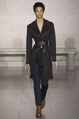 Cómo combinar: cinturón de cuero negro, botines de cuero marrónes, pantalones pitillo azul marino, abrigo negro