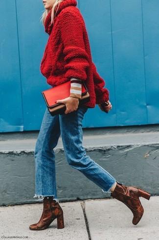 Cómo combinar: cartera sobre de cuero roja, botines de cuero con print de serpiente marrónes, vaqueros azules, jersey de cuello alto de punto rojo