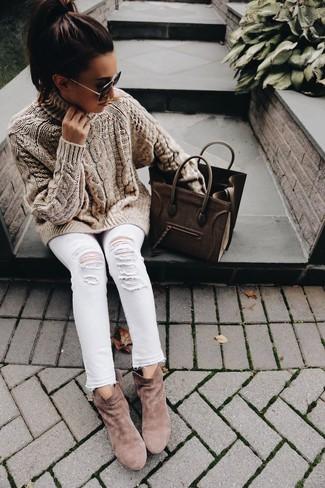 Cómo combinar: bolsa tote de cuero marrón, botines de ante marrónes, vaqueros pitillo desgastados blancos, jersey de cuello alto de punto marrón claro