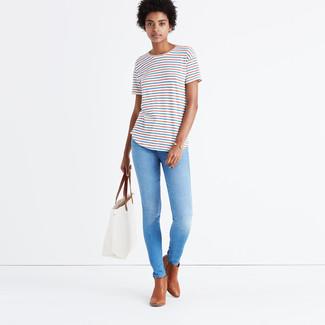 Cómo combinar: bolsa tote de cuero blanca, botines de cuero marrónes, vaqueros pitillo celestes, camiseta con cuello circular de rayas horizontales blanca