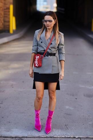 Cómo combinar: bolso bandolera de cuero rojo, botines de terciopelo rosa, minifalda negra, blazer cruzado a cuadros gris