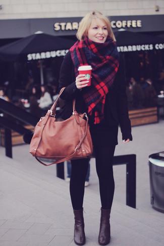 Cómo combinar: bolsa tote de cuero marrón, botines de cuero en marrón oscuro, minifalda negra, blazer negro