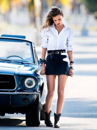 Cómo combinar: correa de estrellas negra, botines de cuero negros, minifalda negra, camisa de vestir blanca