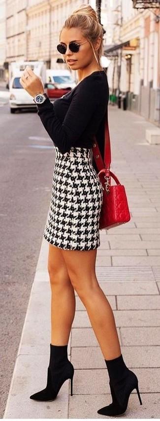 Cómo combinar: bolso bandolera de cuero acolchado rojo, botines de elástico negros, minifalda de pata de gallo en blanco y negro, jersey con cuello circular negro