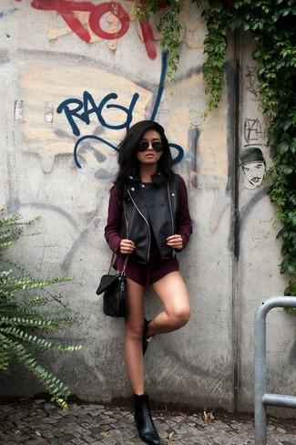 Cómo combinar: bolso bandolera de cuero negro, botines de cuero negros, mono corto burdeos, chaleco de cuero negro