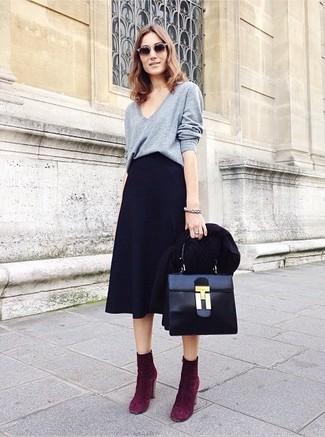 3e58ff45e7 Cómo combinar unos botines morado con una falda midi negra (2 looks ...