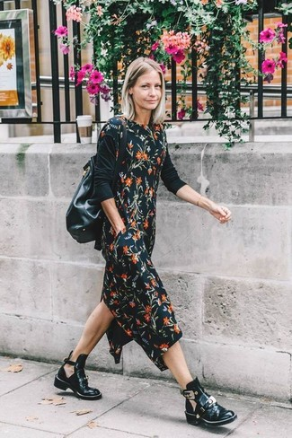 Cómo combinar: mochila con cordón de cuero negra, botines de cuero con recorte negros, camiseta de manga larga negra, vestido midi con print de flores negro