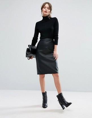 Cómo combinar: cartera sobre de cuero negra, botines de cuero negros, falda lápiz de cuero negra, jersey de cuello alto negro