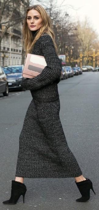 Cómo combinar: cartera sobre de cuero rosada, botines de ante negros, falda midi de punto en gris oscuro, jersey de cuello alto de punto en gris oscuro