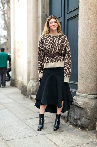 Cómo combinar: cinturón de cuero en marrón oscuro, botines de cuero negros, falda midi plisada negra, jersey con cuello circular de leopardo marrón claro