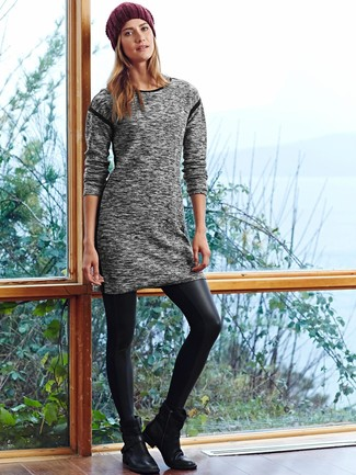 Combinar un gorro burdeos: Un vestido jersey gris y un gorro burdeos son una opción excelente para el fin de semana. Botines de cuero negros son una opción inigualable para completar este atuendo.
