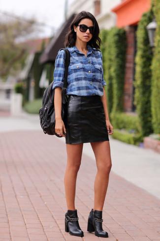 33398f0bc43 Cómo combinar una camisa de vestir azul con unas botas de cuero ...