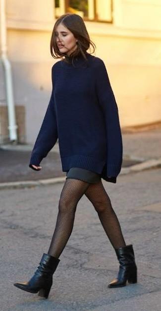 Combinar unas medias de red negras: Para un atuendo tan cómodo como tu sillón casa un jersey oversized azul marino con unas medias de red negras. Botines de cuero negros son una opción grandiosa para completar este atuendo.