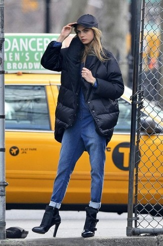 Combinar una gorra inglesa negra: Muestra tu lado lúdico con un abrigo de plumón negro y una gorra inglesa negra. Un par de botines de cuero negros se integra perfectamente con diversos looks.