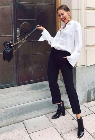 Cómo combinar: bolso bandolera de cuero acolchado negro, botines de cuero negros, pantalón de pinzas negro, camisa de vestir blanca