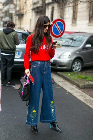 Cómo combinar: bolso de hombre de cuero negro, botines de cuero negros, pantalones anchos vaqueros azules, jersey con cuello circular estampado rojo