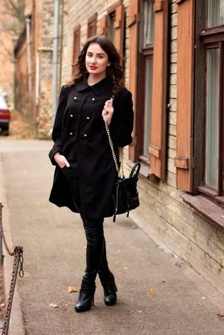 Cómo combinar: bolso bandolera de cuero negro, botines de cuero negros, pantalones pitillo de cuero negros, gabardina negra