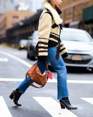 Cómo combinar: bolsa tote de cuero en tabaco, botines de cuero con tachuelas negros, vaqueros azules, chaqueta de piel de oveja en beige