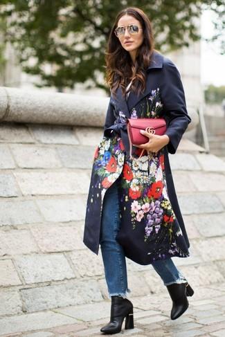 Cómo combinar: bolso bandolera de cuero rojo, botines de cuero negros, vaqueros azules, gabardina con print de flores negra