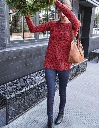Cómo combinar: bolsa tote de cuero marrón claro, botines de cuero negros, vaqueros pitillo azul marino, blusa de manga larga con print de flores en rojo y azul marino