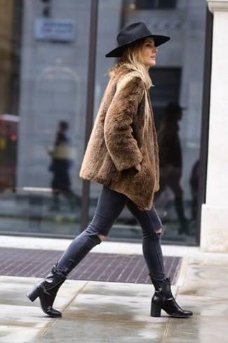 Cómo combinar: sombrero de lana negro, botines de cuero negros, vaqueros pitillo desgastados en gris oscuro, abrigo de piel marrón