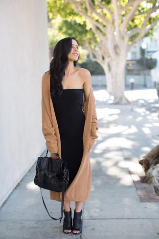 Cómo combinar: bolso de hombre de cuero negro, botines de cuero con recorte negros, vestido ajustado negro, abrigo de punto marrón claro