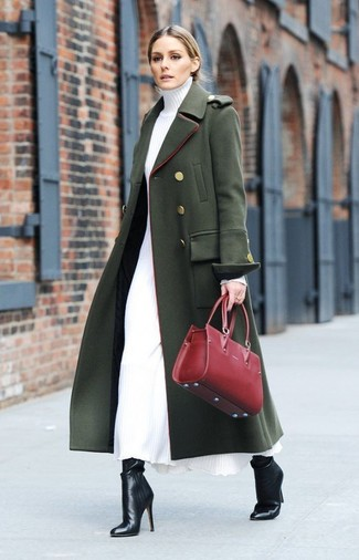 Cómo combinar: bolsa tote de cuero roja, botines de cuero negros, vestido jersey blanco, abrigo verde oscuro