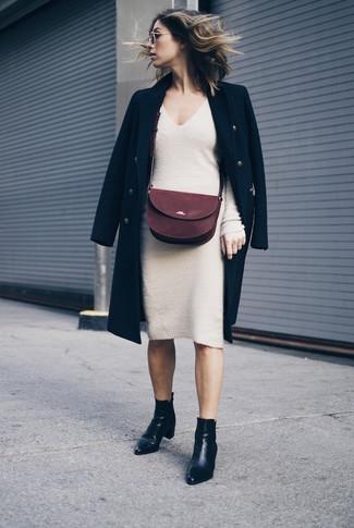 Cómo combinar: bolso bandolera de ante burdeos, botines de cuero negros, vestido jersey en beige, abrigo negro