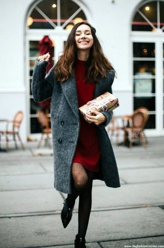 Cómo combinar: medias a lunares negras, botines de ante negros, vestido jersey rojo, abrigo en gris oscuro